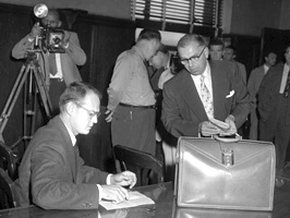Sam Sheppard being photographed at his trial